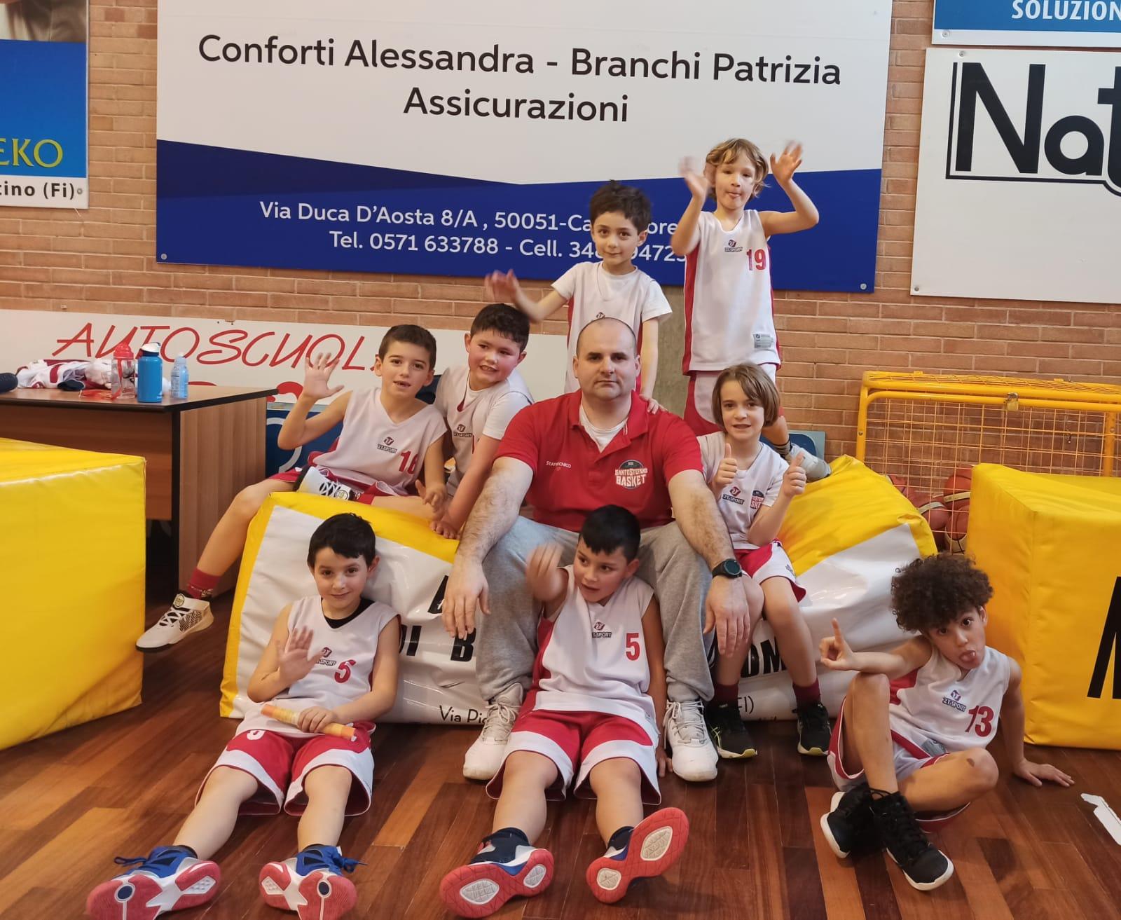 Minibasket, impegno a Castelfiorentino. Foto con l'allenatore Pablo Meoni